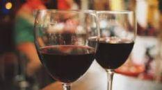 Traitement du vin rouge affecté par les odeurs phénoliques désagréables par des agents de collage