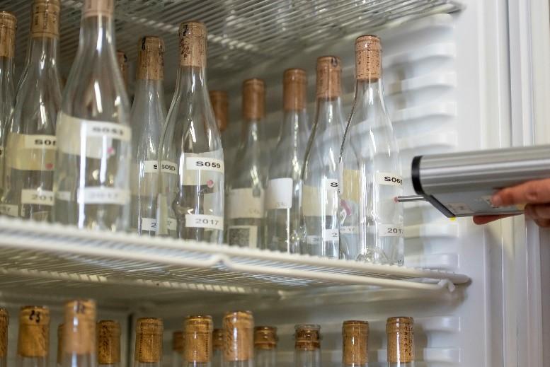 Armoire thermostatée pour le stockage de bouteilles servant à la mesure de la perméabilité de différents types d'obturateurs